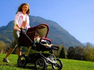 mamma con passeggino montagna